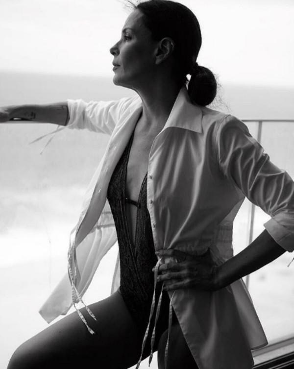 Carolina Ferraz mostra boa forma em foto de maiô (Foto: Reprodução / Instagram)