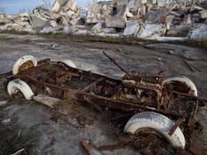 Carro destruído em Epicuren, cidade fantasma na Argentina (Foto: Natacha Pisarenko/AP Photo)