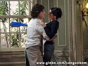Rosemere cai nos braços de Perácio (Foto: Sangue Bom/TV Globo)