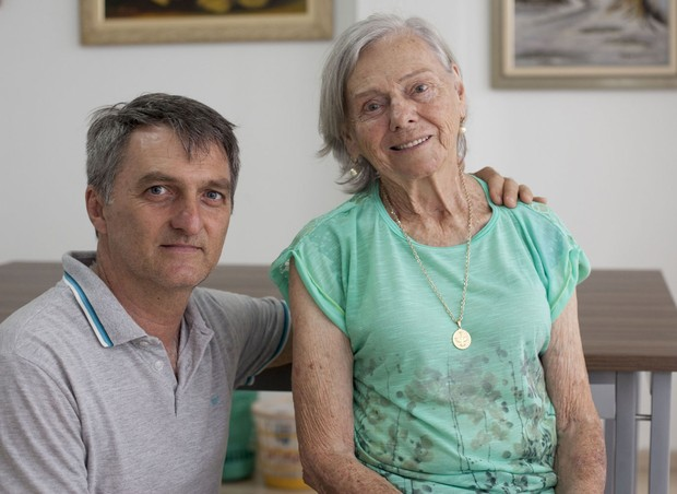 Renato Bolsonaro, irmão do deputado, com a mãe, Olinda (Foto: Marina Piedade/ Editora Globo)