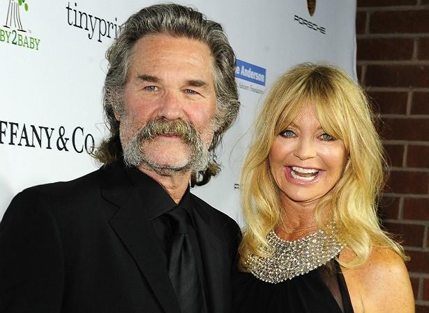 """Goldie Hawn, de 69 anos, e Kurt Russell, de 63, estão juntos desde 1983. A atriz já disse certa vez: """"Temos sido perfeitos sem casar. Já me sinto leal, e não é disso que se trata um casamento?"""". Fofos! (Foto: Getty Images)"""