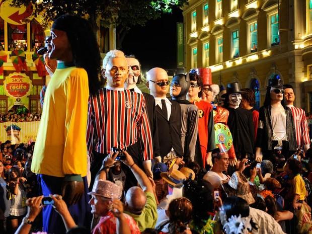 Bonecos gigantes circulam em meio à multidão (Foto: Diego Moraes / G1)