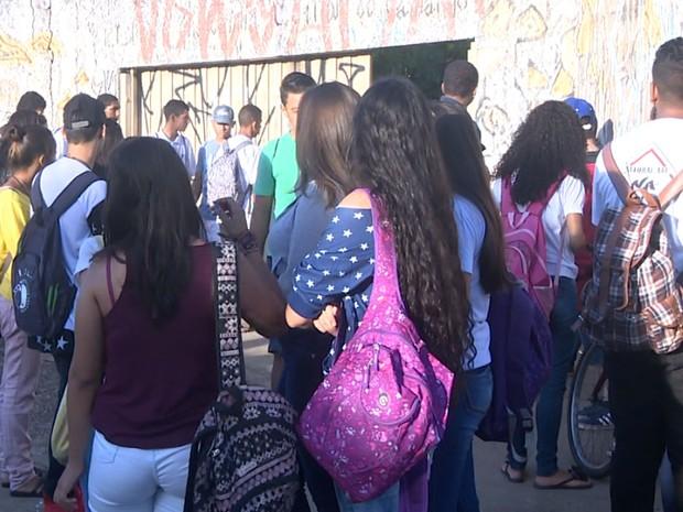 Alunos da Escola Estadual Therezinha Apparecida Villani de Camargo, em Mogi Guaçu (SP), protestaram na manhã desta sexta (17) contra a falta de limpeza (Foto: Reprodução/EPTV)