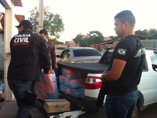 Grande quandidade de fraudas encontradas na casa de um suspeito em Curral de Dentro (Foto: Michelly Oda/G1)
