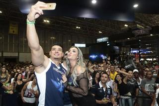 Juju Salimeni com fãs na Arnold Classic Brasil (Foto: Isac Luz/EGO)