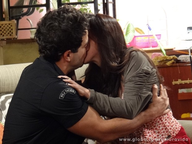 Carlito se declara e beija Valdirene (Foto: Amor à Vida / TV Globo)