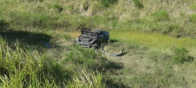 Carro em que técnico do Itabaiana estava capota (Foto: Maristela Niz / TV Sergipe)