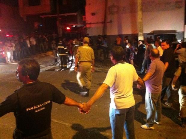 População fez um cordão humano para liberar saída de ambulância (Foto: Natalia Souza/G1)