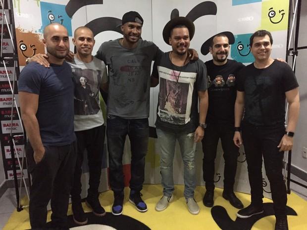 Leandrinho com integrantes do Sorriso Maroto (Foto: Divulgação/Divulgação)