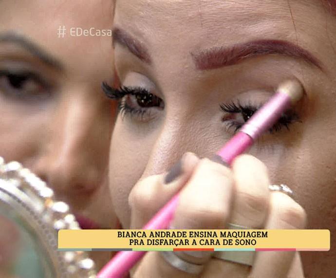 Bianca Andrade ensina dica para passar sombra (Foto: TV Globo)