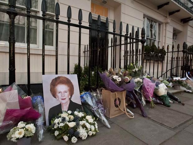 Flores e fotos foram deixados por admiradores do lado de fora da casa da ex-ministra britânica Margaret Thatcher no centro de Londres. (Foto: Will Oliver/AFP)