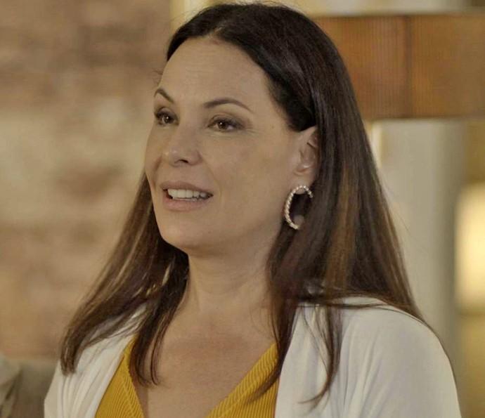Penélope fica sem graça ao conhecer a mãe de Henrique (Foto: TV Globo)