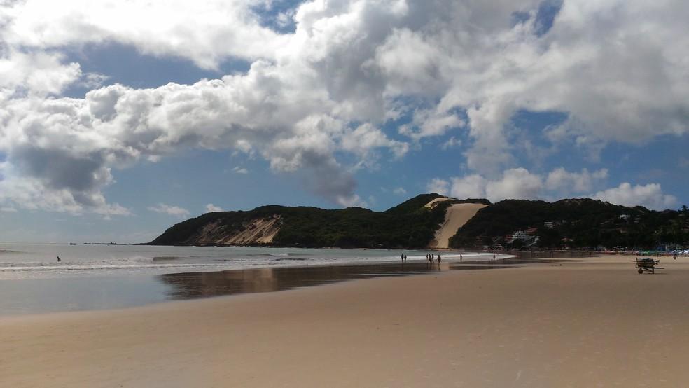 A praia de Ponta Negra, no acesso principal, é um dos pontos impróprios para banho em Natal (Foto: Fernanda Zauli/G1)