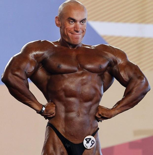 Competidor número 49 'esqueceu' de passar loção bronzeadora no rosto durante evento na Espanha (Foto: Ap)