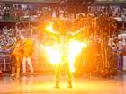 Efeito na fantasia faz porta-bandeira se queimar no desfile da Mocidade
