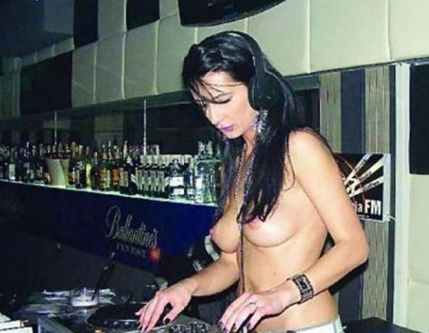 romena Neacsu Dana faz sucesso ao discotecar com os seios de fora. (Foto: Reprodução)