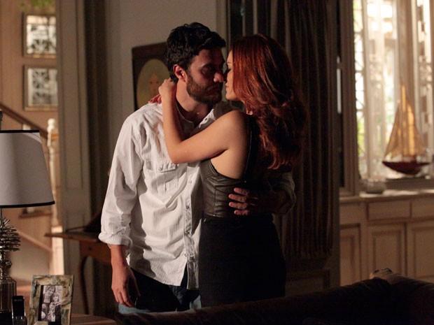 Elisa seduz Rodrigo e diz que vai mostrar quem ela é (Foto: Amor Eterno Amor/TV Globo)