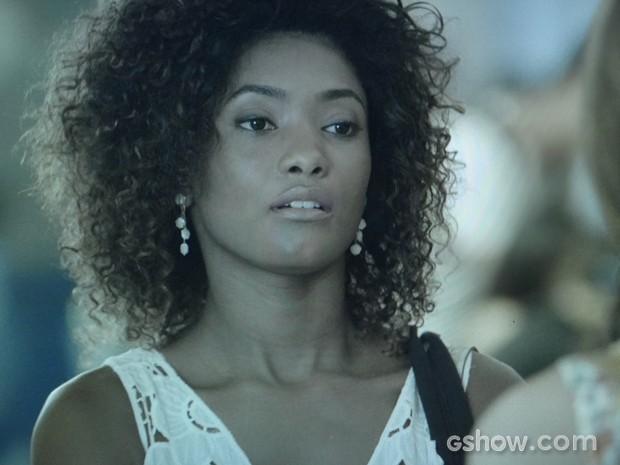 A jovem insiste em saber sobre a relação de Laerte e Luiza (Foto: Em Família/TV Globo)