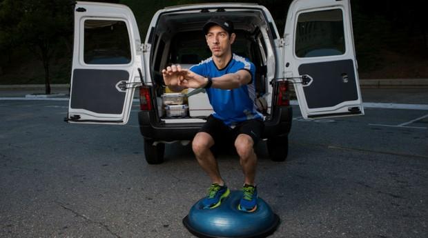 No compartimento de carga do utilitário, o personal trainer guarda todos os acessórios para as aulas  (Foto: Marcus Steinmeyer)