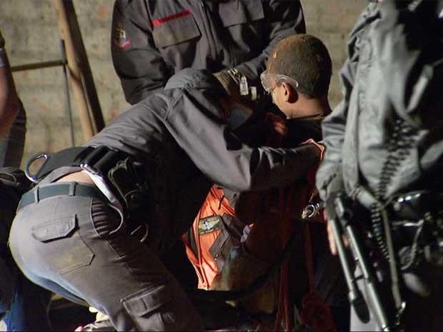 Bombeiros resgatam menino que caiu em buraco em Artur Nogueira (Foto: Reprodução EPTV)