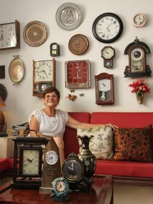 Colecionadora de Araraquara adianta 197 relógios com o horário de verão  (Foto: Lucas Tannuri / Tribuna Impressa)