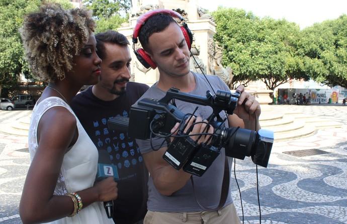 Equipe confere resultado da gravação (Foto: Katiúscia Monteiro/ Rede Amazônica)