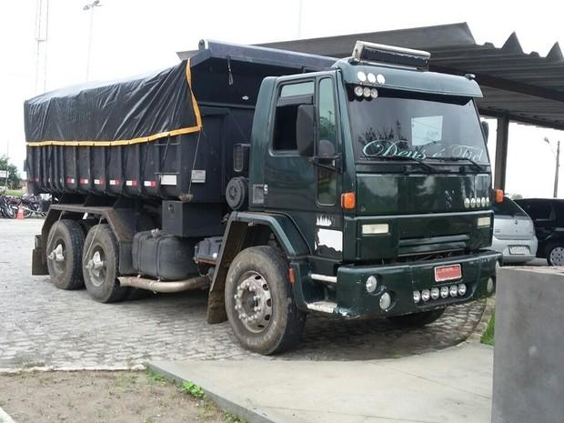 Caminhão com mais de R$ 110 mil em débitos e multas ficou retido na PRF de Gravatá (Foto: Divulgação/PRF)