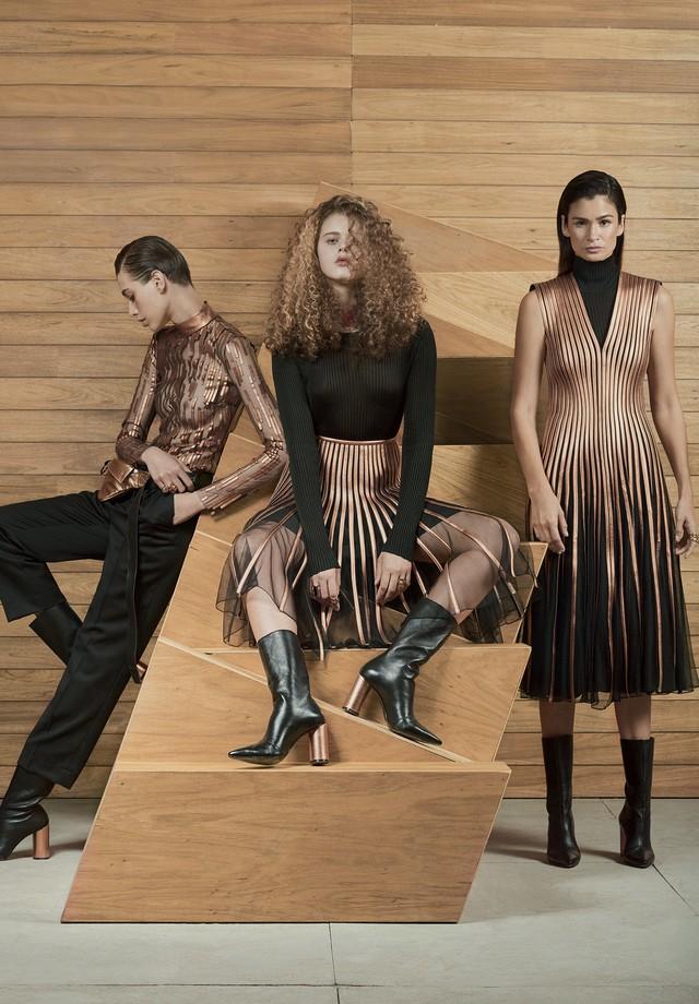 Jaque Cantelli usa blusa de tule e couro cobre (R$ 4.190), calças de gabardine (R$ 1.994) e pochete de couro (R$ 1.658); Natalia usa blusa de tricô (R$ 1.053) e saia de tule e couro metalizado (R$ 7.998); e Caroline Ribeiro usa vestido de tule e tiras de  (Foto: Hickduarte / Set Design: Mangaba)
