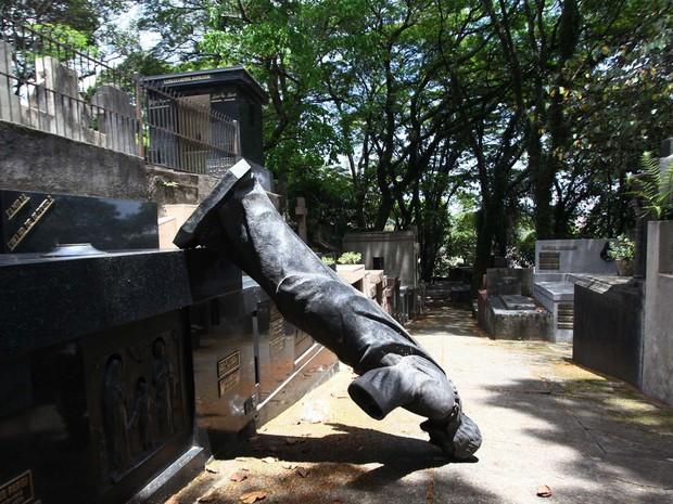 Marcas de destruição são vistas no cemitério do Araçá, em São Paulo (SP), na manhã desta segunda-feira (6).  (Foto: Renato S. Cerqueira/Futura Press/Estadão Conteúdo)