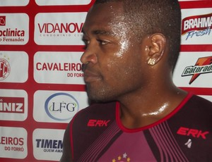Alan Bahia foi testado como meia no coletivo (Foto: Matheus Magalhães/GLOBOESPORTE.COM)