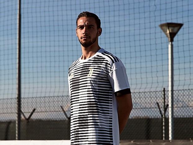 De Sciglio veste a camisa pré-treino da Juventus (Foto: reprodução)