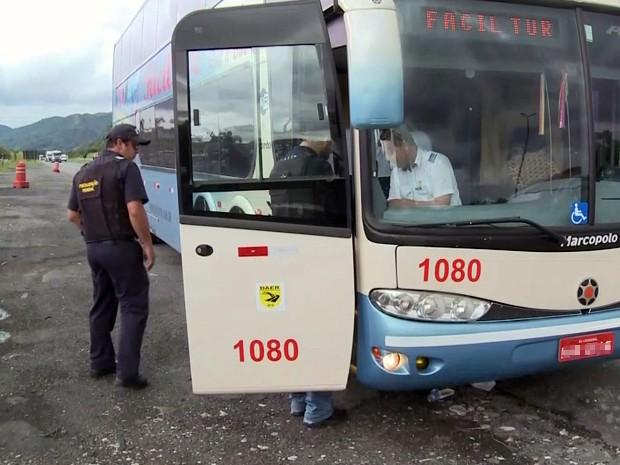 Fiscais da ANTT fazem operação para combater o transporte clandestino em Barra do Turvo, SP (Foto: Reprodução/TV Tribuna)