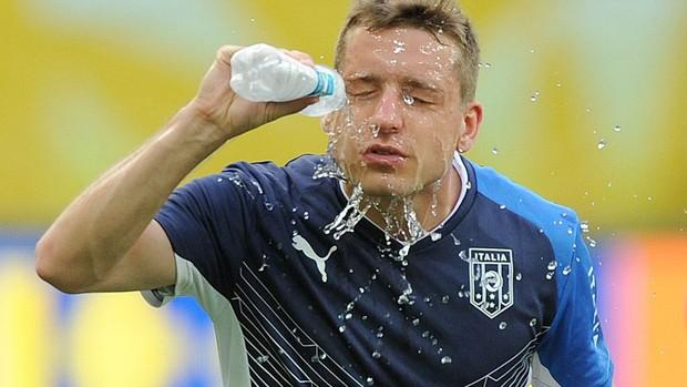 Copa das Confederações Calor - Giaccherini treino itália se hidrata (Foto: EFE)