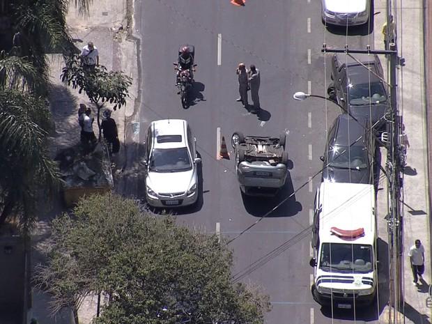 Carro capota na Região Centro-Sul de Belo Horizonte. (Foto: Reprodução/TV Globo)