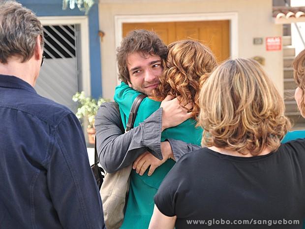 Fabinho fica de olho no pai enquanto recebe o abraço da mãe (Foto: Jacson Vogel/TV Globo)