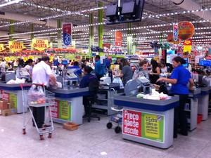 Clientes fazem compras sem sacolinhas em mercado de SP (Foto: Juliana Cardilli/G1)