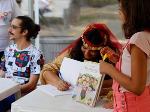 A cigana durante sessão de autógrafos no lançamento do livro Era uma vez... (Foto: Gabriela Kopinits/ Arquivo Pessoal)