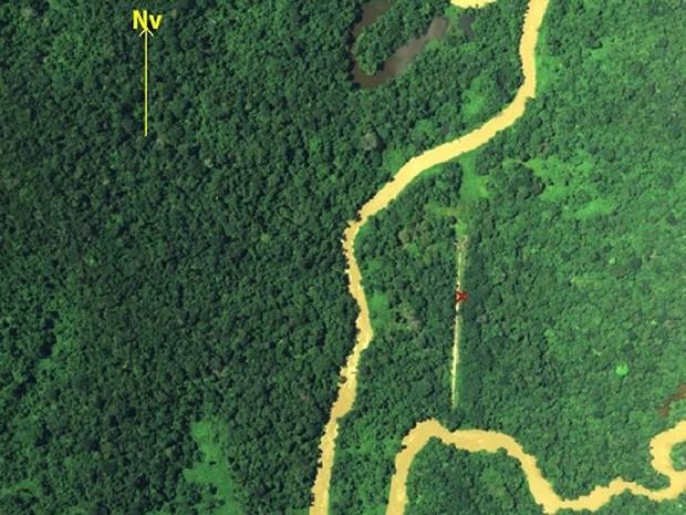 FAB identifica pista clandestina em foto aérea. Na imagem, alvo a ser destruído foi marcado com um xis vermelho  (Foto: Divulgação/FAB)