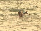 Pescadores se jogam de canoa por causa do mar agitado em Salvador