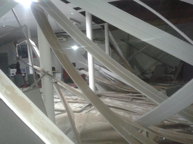 Após a explosão, agência ficou parcialmente destruída (Foto: G1)