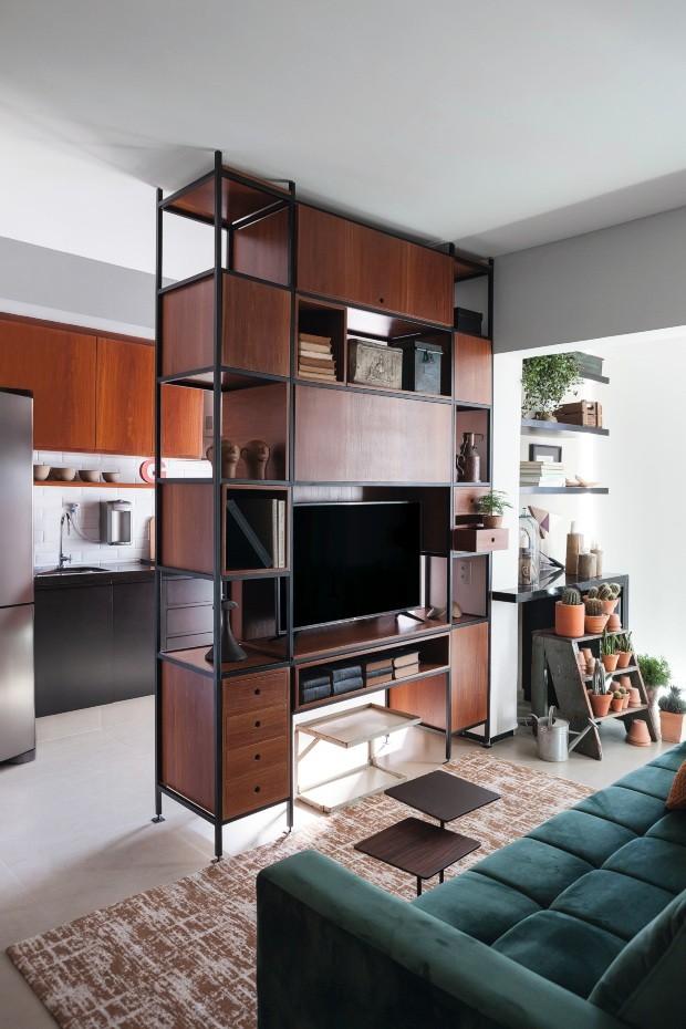 Desenhada por Renato e executada pela Colombo Movelaria, a estante tem nichos voltados para este ambiente e para a cozinha (Foto: Lufe Gomes / Divulgação)