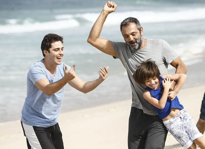 Thiago Rodrigues e Domingos brincam com o pequeno Gabriel Palhares (Foto: Raphael Dias/Gshow)