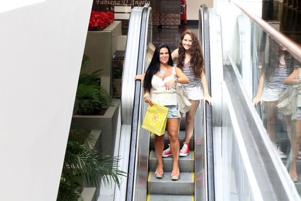 Solange Gomes com a filha, Stephanie, em shopping no Rio (Foto: Daniel Delmiro/ Ag. News)