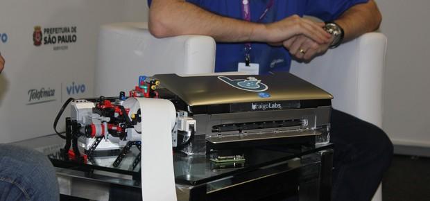 À esquerda, primeira impressora projetada por Banerjee, feita de Lego; ao lado, protótipo mais atual da Braigo (Foto: Adriano Lira)