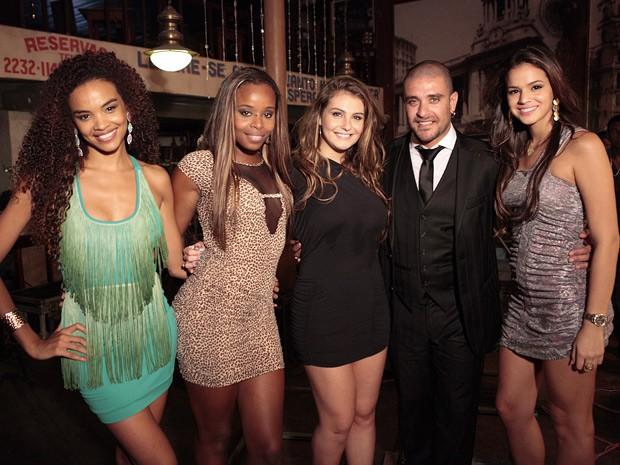 Diogo Nogueira posa ao lado das atrizes de Salve Jorge, Lucy Ramos, Roberta Rodrigues, Aimée Madureira e Bruna Marquezine (Foto: Salve Jorge/TV Globo)