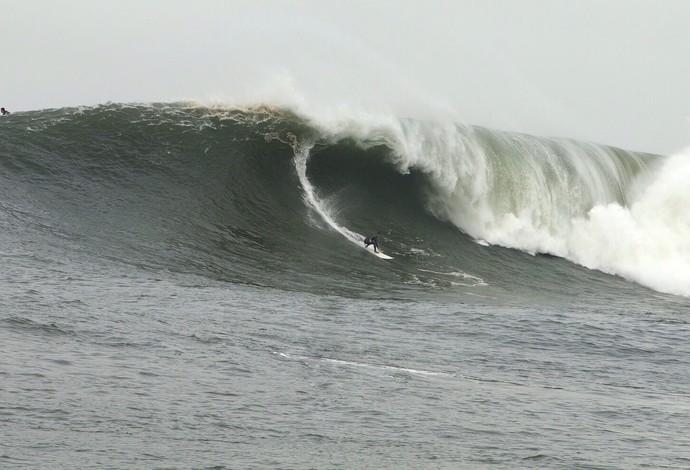 Lucas Chumbinho pega boas ondas em Mavericks, na Califórnoa (Foto: Divulgação)