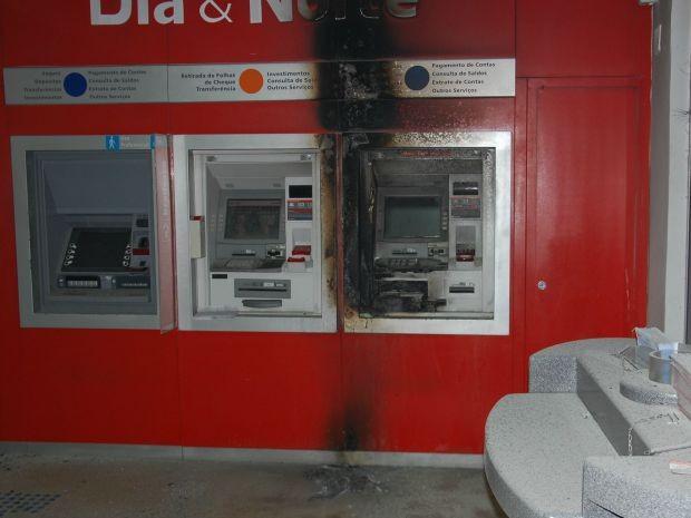 Caixa eletrônico pegou fogo após explosão (Foto: Reprodução/Extra de Rondônia)