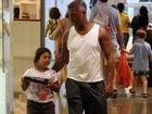 Romário faz compras em shopping na companhia da filha