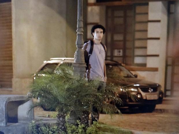 Emerson assiste ao romance de longe (Foto: TV Globo)