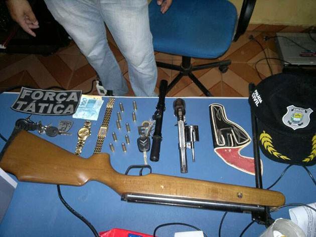 Com os suspeitos a polícia encontrou armas e munição (Foto: Divulgação)